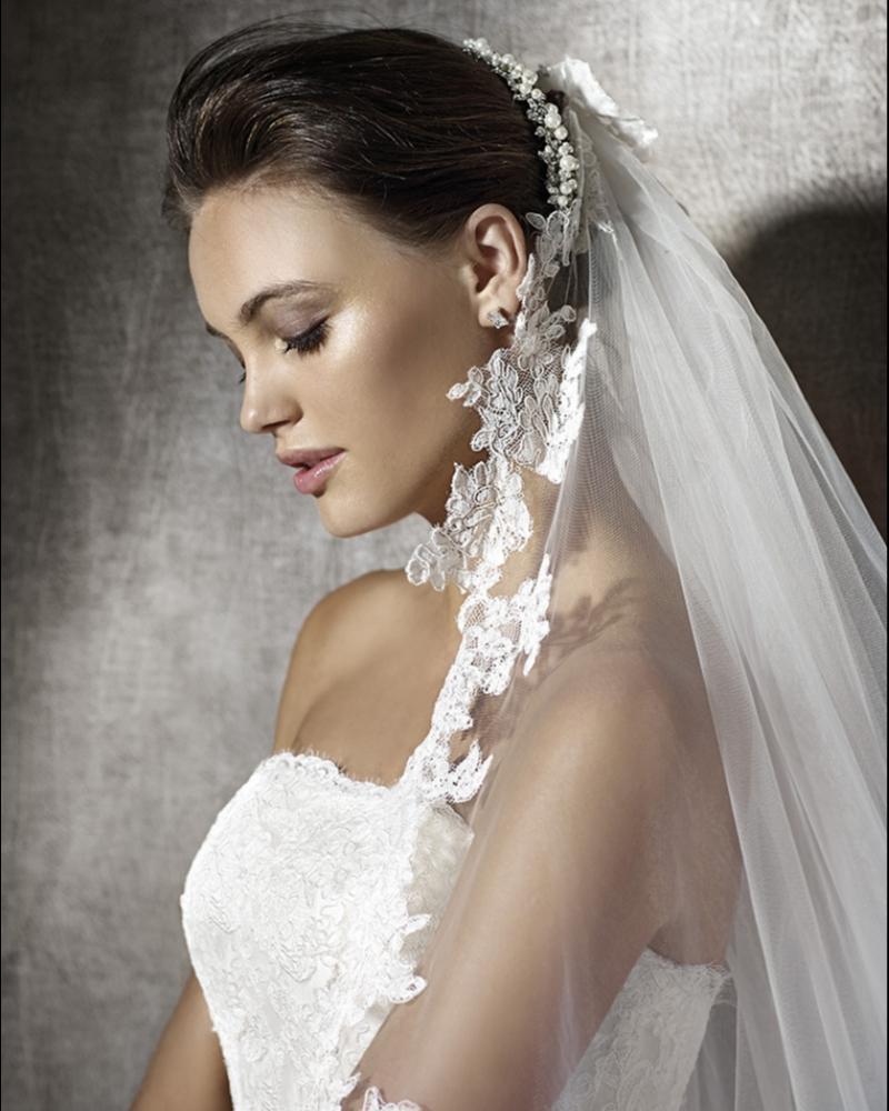 Испанское платье со шлейфом из дорого кружева